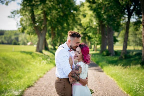 Smějící se svatební pár