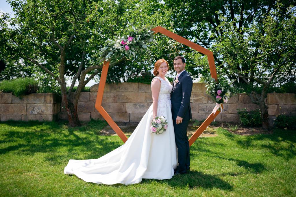 svatební pár u obřadního místa