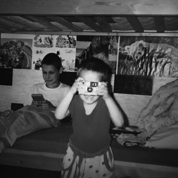 Patrik fotograf jako malý s fotoaparátem